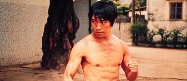 6. Hình ảnh nhân vật A Tinh (Châu Tinh Trì), ngũ sư huynh của nhóm võ sư Thiếu Lâm tự với cú đá Đại lực kim cương thối hiện lên khá hài hước trong bộ phim Đội bóng Thiếu Lâm (2001).
