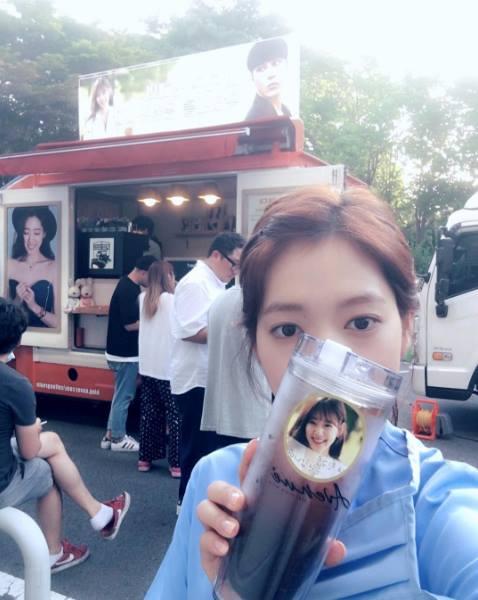 Được tặng 2 xe tải đồ ăn, Park Shin Hye sướng điên đảo