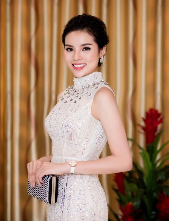 Trước đó, tại họp báo vòng chung khảo của chương trình Hoa hậu Việt Năm 2016, cô bị nhận xét kém xinh bởi bộ cánh và mái tóc không phù hợp. Ngay sau đó, người đẹp liên tục ghi điểm nhờ trang phục và phong cách trang điểm ấn tượng khi dự sự kiện.