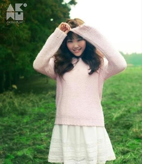 Lee Soo Hyun (Akdong Musician) sinh năm 1999, nổi lên từ cuộc thi tuyển chọn tài năng Kpop Star 2 vào năm 2012, bên cạnh anh trai và cũng là thành viên còn lại của nhóm. Nữ ca sĩ khi ấy chỉ mới 13 tuổi. Trong nhóm nhạc 2 người này, cô bạn là giọng ca chính.