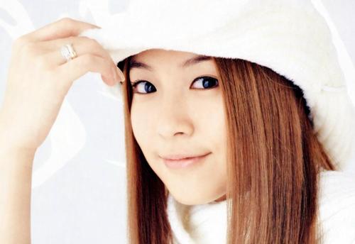Sinh năm 1986, ra mắt từ năm 2000, BoA trở thành idol được ra mắt ở độ tuổi nhỏ nhất nhà SM. Nữ ca sĩ lần lượt cho ra mắt các album với nhiều thứ tiếng khác nhau như: Hàn, Nhật, Anh, Trung và đều đạt được thành tích đáng nể. Hiện nay, BoA đang ở đỉnh cao sự nghiệp, mệnh danh là công chúa nhạc pop xứ Hàn. Chỉ mới 30 tuổi nhưng cô đã có đến 16 năm làm idol khiến nhiều đàn em ngưỡng mộ.