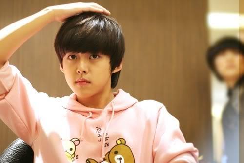Ông bố trẻ nhất lịch sử Kpop Dong Ho ra mắt cùng U-kiss khi chỉ mới 14 tuổi. Năm 2013, anh rời nhóm, năm 2015 lập gia đình, năm nay, cựu idol đã lên chức bố. Bước tiến nhanh chóng trong sự nghiệp lẫn hôn nhân của anh chàng khiến nhiều người bất ngờ. Khi còn là idol, Dong Ho là cây hút fan của nhóm, được công ty tích cực lăng xê với vai trò mẫu ảnh, diễn viên.
