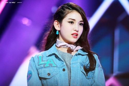 Somi gây ấn tượng vì sở hữu vẻ đẹp lai Tây ấn tượng khi tham gia chương trình tuyển chọn idol SIXTEEN năm 2015, khi ấy cô bạn mới 14 tuổi. Sau thất bại đầu tiên, Somi giành chiến thắng ở cuộc thi thứ hai là Produce 101, trở thành center của nhóm nhạc I.O.I ở độ tuổi 15.
