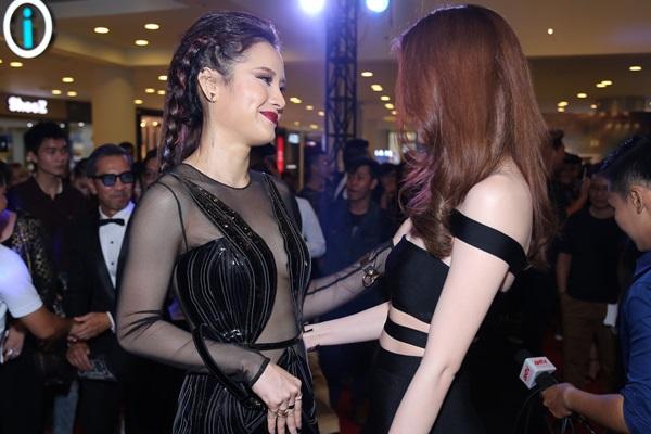 Hai người đẹp trò chuyện thân thiết.