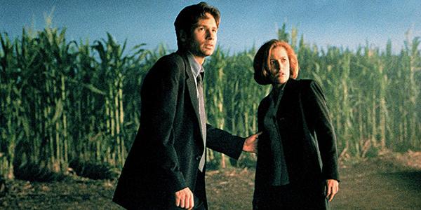 The X-Files theo chân đặc vụ FBI Fox Mulder đi tìm người em gái bị mất tích bí ẩn, bạn đồng hành của anh là Dana Scully. Fox tin rằng em gái mình bị người ngoài hành tinh bắt cóc trong khi Scully thì nghi ngờ giả thuyết này. Nhưng càng dấn thân vào điều tra, cả 2 càng có nhiều bằng chứng về các hiện tượng siêu nhiên kỳ bí.Bộ phim mang tính chất của thời kỳ thập niên 1990, khi người dân không mấy tin tưởng vào chính phủ trong khi rất tin vào việc tồn tại sự sống ngoài Trái Đất.