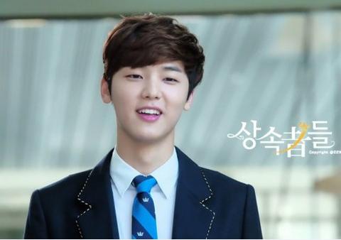Min Hyuk bị nghi cầu xin fan mua quà tặng.