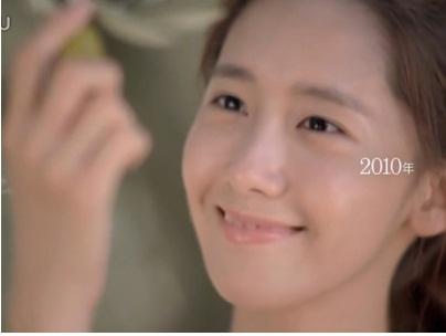 Thương hiệu mỹ phầm này đã nâng cao danh tiếng rất nhiều kể từ khi chọn Yoon Ah là người đại diện. Nét mong manh, hình tượng sách của cô nàng hợp với tiêu chí của sản phẩm.