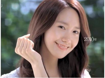 Trong các mẫu quảng cáo, Yoon Ah hầu như chỉ make up nhẹ, để lộ làn da khỏe khoắn trước ống kính.