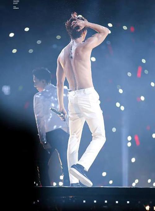 Sở hữu chiều cao ấn tượng, thân hình cơ bắp, Chang Min còn khiếc các fan girl mất máu trong các bức ảnh khoe lưng trần sexy.