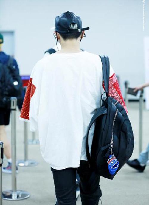 Một tấm ảnh được fan chụp từ phía sau cho thấy gương mặt không phải là niềm tự hào duy nhất của Tae Yong.