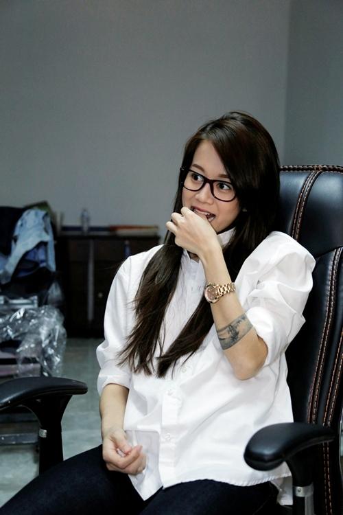 Phần cuối của đoạn phỏng vấn, An Nguy bị ép phải đối diện với sở đoản của mình, đó là hát nhạc Việt Nam. Cô đã trình bày khá miễn cưỡng vài câu trong bài