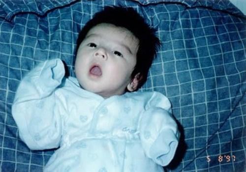 Bức ảnh Eun Woo khi mới 9 tháng tuổi từng được giới thiệu trong một chương trình truyền hình trước đây. Cậu bé Eun Woo sở hữu đôi mắt một mí tự nhiên, cấu trúc gương mặt không có nhiều thay đổi so với lúc trưởng thành.