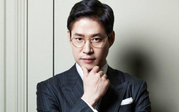 Tuy so với nhiều mỹ nam khác, Yoo Joon Sang không còn trẻ và cũng không hẳn là đẹp trai nhưng với người dân xứ củ sâm, nam diễn viên vẫn là mẫu đàn ông lý tưởng của gia đình. Qua rất nhiều cuộc khảo sát, nhiều sao nữ đã bình chọn ngôi sao 47 tuổi là người chồng trong mơ của họ.