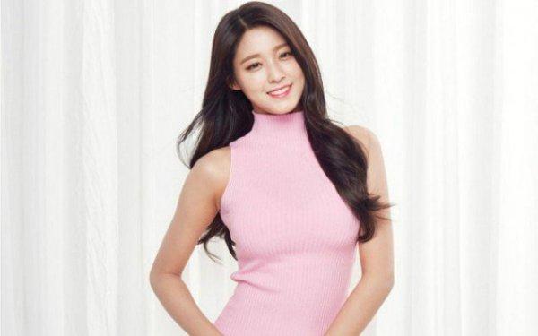 Không thể phủ nhận sự nổi tiếng của Seol Hyun hiện nay có sự hậu thuẫn rất lớn từ truyền thông. Thành viên AOA nhiều lần bị tố lợi dụng tên tuổi của các đồng nghiệp đình đám để nổi tiếng. Cô từng được báo chí tung hô sẽ soán ngôi tình đầu quốc dân của Suzy, tự phong thiên thần quốc dân, từng là nữ hoàng PR. Đến nay, tên tuổi Seol Hyun thực sự tỏa sáng, được đông đảo công chúng biết đến, trang Allkpop gọi cô là cô gái xu hướng quốc dân.