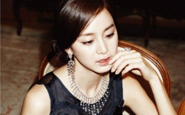 Cũng trong cuộc khảo sát trên, Kim Tae Hee dẫn đầu danh sách bình chọn con dâu. Trong nhiều cuộc bình chọn, khảo sát ở nam giới độc thân từ 20-30 tuổi, Kim Tae Hee được chọn là cô dâu lý tưởng nhất. Nữ diễn viên được xem là biểu tượng nhan sắc xứ Hàn, hình tượng trong sáng, thông minh, học vấn cao.