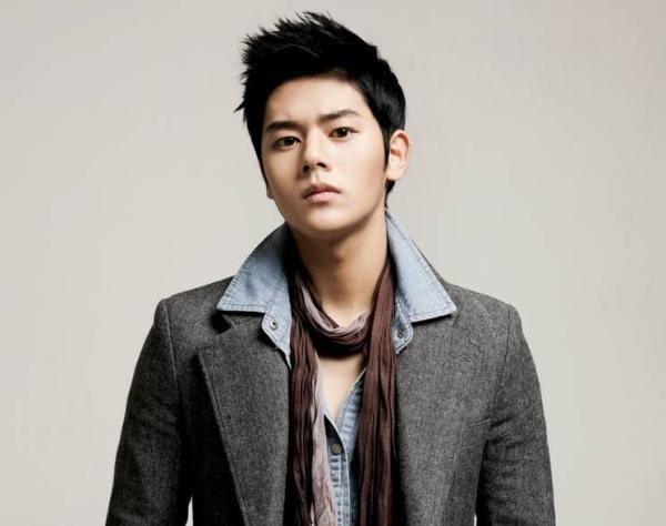 Dong Jun sở hữu gương mặt hao hao mỹ nhân Han Ga In, được chú ý ngay từ những ngày đầu ra mắt. Anh chàng còn gây sốt vì sở hữu body ấn tượng. Là idol mặt học sinh, thân hình phụ huynh đình đám.