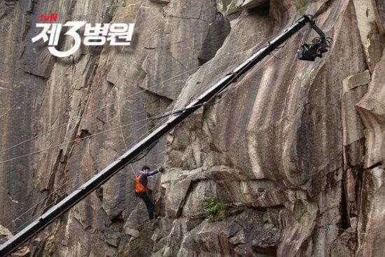 Trong bộ phim truyền hình Bệnh viện thứ 3, nam diễn viên Oh Ji Ho phải đảm nhận cảnh leo lên một ngọn núi vách thẳng đứng. Anh không cần dùng diễn viên đóng thế, tự mình hoàn thành. Hình ảnh hậu trường cho thấy Oh Ji Ho được gắn các thiết bị dây treo lên áo khoác ngoài. Một máy quay có cần trục thuộc hạng khủng được dùng để ghi hình.