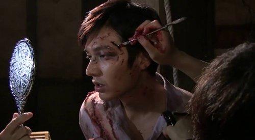 Còn Lee Min Ho trước khi quay cảnh hành động máu me bê bết, anh đã được hóa trang rất kỹ lưỡng bằng phẩm màu.