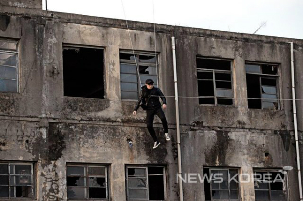 Ngôi sao Ji Chang Wook có cảnh nguy hiểm trong phim truyền hình Hiller. Để thực hiện cảnh hành động trên dây tại tòa nhà cao tầng, Ji Chang Wook phải treo mình suốt một ngày.