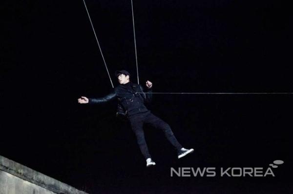Ji Chang Wook được hỗ trợ bởi các thiết bị cáp treo an toàn. Lúc lên hình, bộ phận kỹ xảo hình ảnh xóa bỏ các hình ảnh có dây treo trên người anh.
