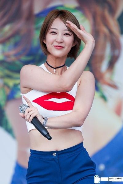 Xinh đẹp và tài năng nhưng Hye Rin lại không thành công nhờ hai yếu tố đó. Nữ ca sĩ không gợi cảm như Hani, giọng hát không khủng như Sol Ji nên mãi vẫn chưa bật lên ngay trong đội hình EXID.
