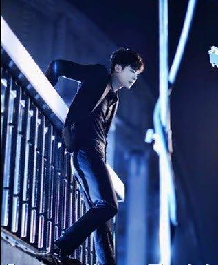 Hay như diễn viên Lee Jong Seok cũng có cảnh quay nhảy từ trên cầu sông Hàn trong phim gây sốt hiện nay  W: Hai thế giới. Chi tiết này khiến người xem xót xa cho số phận nhân vật và không khỏi hồi hộp.
