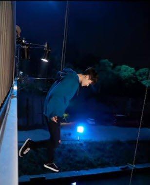 Trên thực tế, Lee Jong Seok được trang bị dây cáp treo rất an toàn. Vì vậy hình ảnh hậu trường không một chút lo lắng đối với ngôi sao này. Anh thực hiện động tác thả chân xuống nhẹ nhàng từ trên cao.
