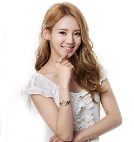 Hyo Yeon là idol đình đám, được rất nhiều fan Kpop biết đến. Tuy nhiên, trong SNSD, cổ máy nhảy lại là thành viên kém nổi nhất. Hiện nay, nữ ca sĩ đang tạo được sự chú ý lớn khi tham gia show thi nhảy Hit The Stage. Sự thay đổi trong phong cách ăn mặc, trang điểm giúp Hyo Yeon trở nên xinh đẹp hơn.