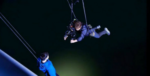 Để quay cận cảnh gương mặt nhân vật của Lee Jong Suk khi nhảy từ trên cầu sông Hàn, hai hệ thống dây cáp được bố trí cho diễn viên và nhà quay phim.
