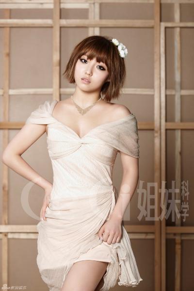 Min là thành viên kém nổi nhất Miss A, từng lọt danh sách idol nữ kém hấp dẫn với phái mạnh nhất. Từng là vũ khí bí mật của nhà JYP khi mới thành lập nhóm nhưng Min đã không đạt được thành công như công ty mong đợi.