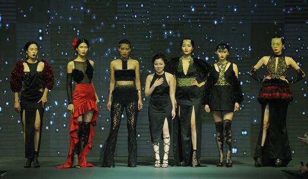 show-thoi-trang-tot-nghiep-hoanh-trang-nhu-san-dien-quoc-te-cua-sinh-vien-viet-2