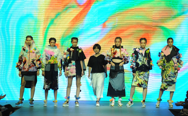 show-thoi-trang-tot-nghiep-hoanh-trang-nhu-san-dien-quoc-te-cua-sinh-vien-viet-5
