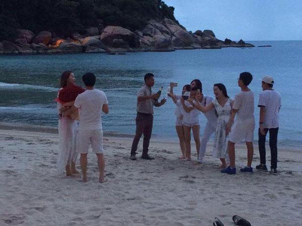 Bức ảnh Hà Hồ được bạn trai tặng hoa trên bãi biển dấy nên nghi vấn được cầu hôn.