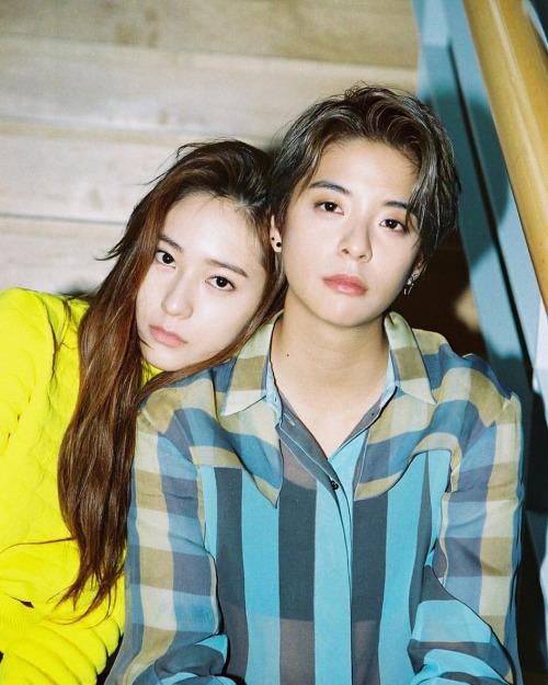 Krystal - Amber là cặp đôi nổi tiếng nhất của F(x), nét nữ tính và vẻ ngoài tomboy của 2 idol khiến họ trông giống một cặp tình nhân.