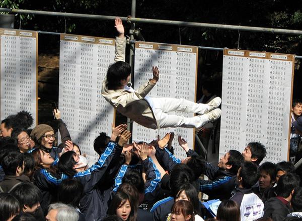 10. Đại học là thời gian tuyệt vời nhất Sau kỳ thi vào đại học, các học sinh thường có một kỳ nghỉ ngắn. Ở Nhật, những năm tháng đại học thường được coi là khoảng thời gian tuyệt vời nhất trong đời. Đôi khi, người Nhật gọi giai đoạn này là một kỳ nghỉ trước khi gia nhập xã hội, đi làm.