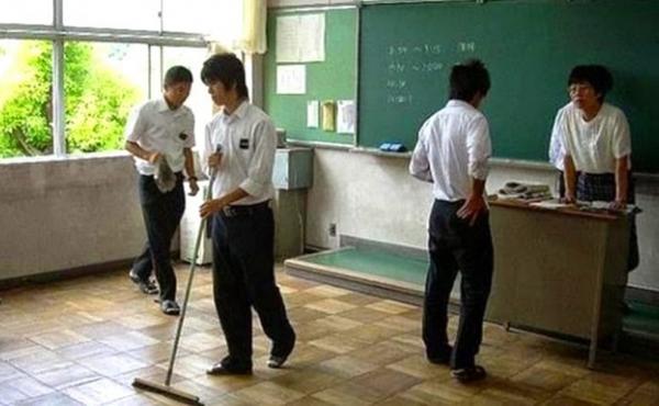 3. Học sinh tự làm vệ sinh trường lớp Ở trường học Nhật, học sinh phải tự mình quét dọn lớp học, căng-tin, và cả nhà vệ sinh. Họ chia thành từng nhóm nhỏ, được giao nhiệm vụ khác nhau và xoay vòng luân phiên trong cả năm học. Đây được coi là một cách để dạy học sinh làm việc nhóm và giúp đỡ lẫn nhau. Bên cạnh đó, việc dùng thời gian và công sức của chính mình để lau chùi quét dọn sẽ giúp học sinh biết tôn trọng công việc của mình và của người khác.