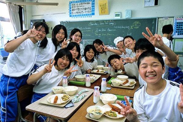 4. Bữa trưa dinh dưỡng và vui vẻ Các trường học Nhật Bản cố gắng đảm bảo cho các học sinh của mình được ăn uống lành mạnh và dinh dưỡng cân đối. Ở các trường tiểu học và trung học công lập, bữa trưa cho học sinh được nấu theo thực đơn tiêu chuẩn hóa bởi đầu bếp có tay nghề và chuyên gia dinh dưỡng. Tất cả học sinh ăn trưa trong lớp học cùng thầy cô giáo. Điều này giúp xây dựng mối quan hệ gắn bó giữa thầy và trò.
