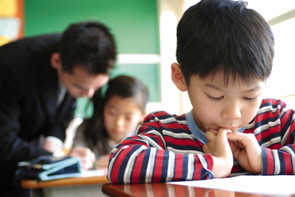5. Lớp học thêm rất phổ biến ở Nhật Để vào được trường trung học tốt, hầu hết học sinh Nhật sẽ học thêm một trường dự bị hoặc tham gia một lớp bổ túc sau giờ học. Các lớp này được mở vào buổi tối. Vì thế, việc nhìn thấy các nhóm trẻ mặc đồng phục về nhà vào lúc tối muộn là chuyện bình thường ở Nhật. Học sinh Nhật học 8 tiếng/ngày ở trường, học ở nhà cả dịp nghỉ và cuối tuần.