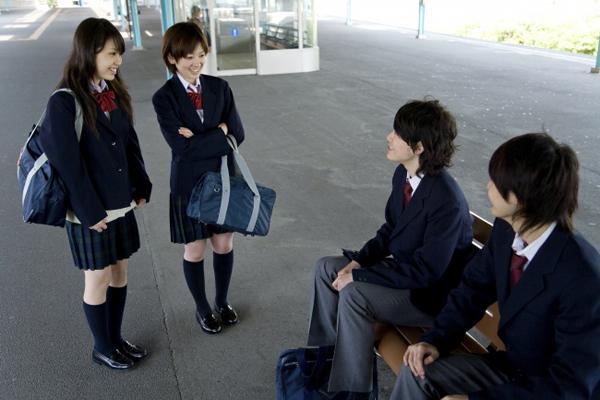 7. Hầu hết học sinh phải mặc đồng phục đến trường Đây là điều kiện bắt buộc đối với hầu hết các trường học ở Nhật. Đồng phục truyền thống của trường học Nhật bao gồm quần áo kiểu quân đội cho nam sinh và kiểu thủy thủ cho nữ sinh. Việc mặc đồng phục là để xóa bỏ rào cản xã hội và thúc đẩy ý thức cộng đồng giữa các học sinh.