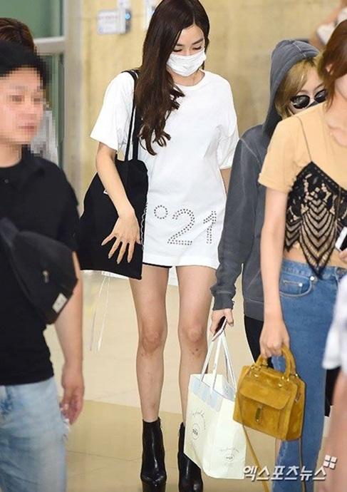 Ngày 15/8, SNSD trở về Hàn sau khi hoàn thành concert chung của nhà SM ở Nhật. Tiffany là thành viên đang vướng tranh cãi khi cô đăng hình cờ Nhật và đúng ngày giải phóng Triều Tiên. Đây bị coi là lỗi khó tha thứ, một scandal chính trị của nữ ca sĩ. Tiffany dùng khẩu trang che mặt, mặt cúi thấp và trông rất mệt mỏi khi xuất hiện ở sân bay.