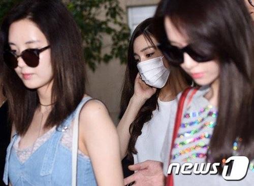 Các thành viên đều đi trước, che chắn giúp Tiffany khỏi hàng loạt ống kính và các câu hỏi phỏng vấn nhạy cảm.