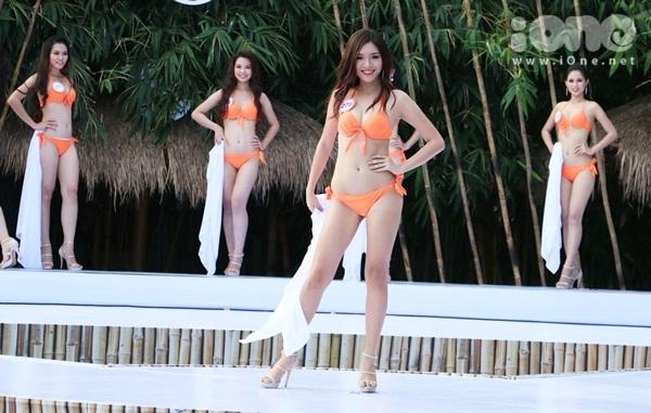 hhvn-thi-sinh-sexy-dien-bikini-long-lay-voi-do-tu-chon-11