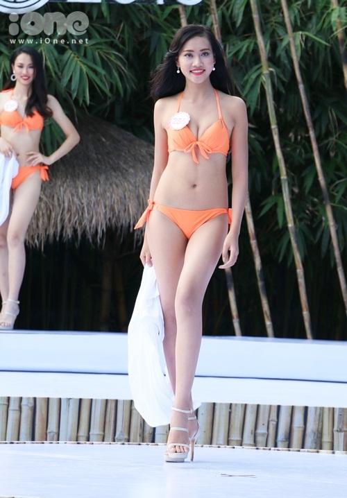 hhvn-thi-sinh-sexy-dien-bikini-long-lay-voi-do-tu-chon-2