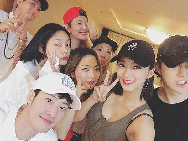 sao-han-18-8-baek-hyun-mat-non-choet-mina-om-momo-tinh-cam-2