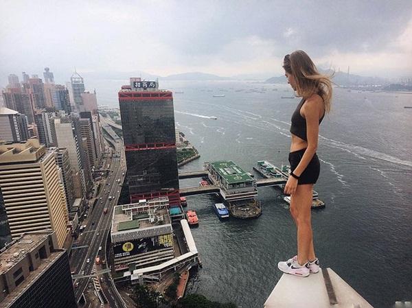 Angela Nikolau đã chinh phục nhiều tòa nhà chọc trời ở Nga và sang cả Trung   Quốc, Hong Kong để thực hiện những bức ảnh thót tim.