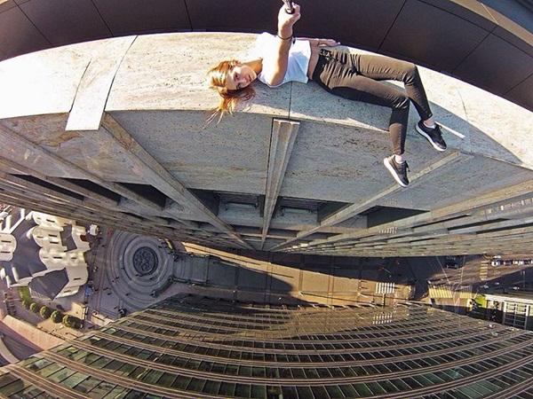 Angela được nhìn thấy đang đứng vắt vẻo trên rìa một tòa nhà chọc trời hay nằm   trên bờ lan can của một tòa nhà cao ngất. Tất cả những bức ảnh của cô đều mang   lại cảm giác sởn gai ốc, không dành cho những người sợ độ cao.