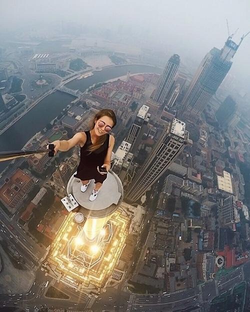 Bạn không nên cố bắt chước để tạo ra một bức ảnh như này nếu bạn không phải là   một người có kinh nghiệm leo trèo, hành động này cực kỳ nguy hiểm, trang   Boredpanda khuyến cáo.