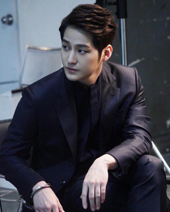 Mỹ nam Kim Bum đã có màn tái xuất màn ảnh với vai diễn ấn tượng trong Mrs. Cop 2.Lee Ro Joon - một CEO điển trai và tài giỏi nhưng vô cùng thủ đoạn, tàn nhẫn. Hắn có thể làm mọi việc vì lợi ích bản thân.