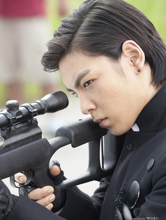 Vick gây ấn tượng bởi tài bắn súng thiện xạ với tỷ lệ chính xác lên đến 100%. Nhiệm vụ của anh là tiêu diệt gián điệp cấp cao Hàn Quốc Kim Hyun Joon (Lee Byung Hun). Anh cũng có một mối tình khó quên với Mi Jung (Jooni) sau lần ra tay anh hùng cứu mỹ nhân. Hình ảnh bí ẩn của Vick nhanh chóng thu hút trái tím của người đẹp. Họ đã có nụ hôn nồng cháy và cùng trải qua một đêm lãng mạn. Ẩn sau vẻ anh hùng và lãng tử đó là một mưu mô của một tên sát thủ. Vick chỉ lợi dụng tình cảm của Mi Jung, sau đó ra tay giết hại cô gái ngây thơ si tình.