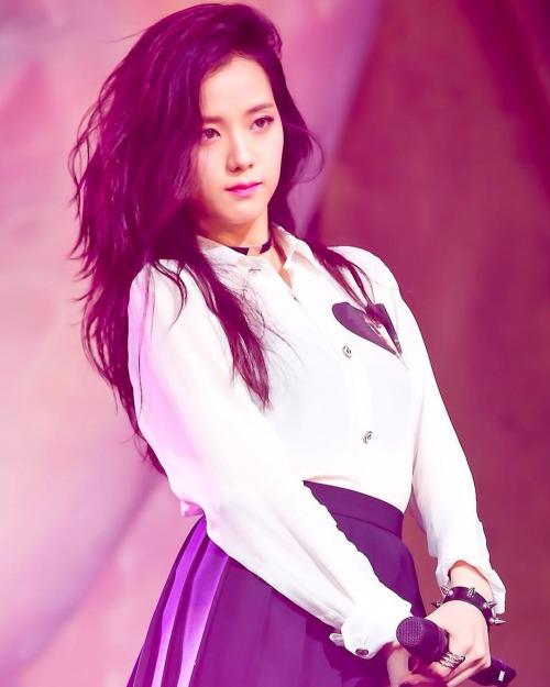 Cô nàng được đánh giá là sao nữ sở hữu visual thuộc top đầu YG, Ji Soo khiến netizen ngần ngơ khi tham gia đóng quảng cáo cùng Lee Min Ho, làm khách mời trên phim truyền hình.